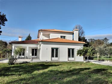 Vila de 4 quartos localizada na natureza com asesso do rio