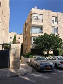"""דירה מרווחת, מוארת ושקטה, 114 מ""""ר, בירושלים"""