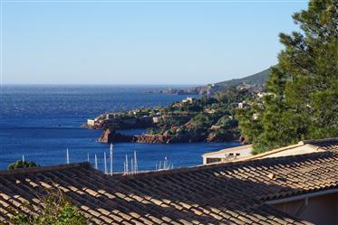 Casa silenciosamente localizada terraço com terraço grande abrigado e vista fantástica do mar e