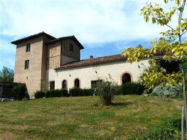 Casa característica com torre do século XIII