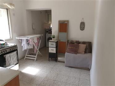 """דירה מרווחת, מוארת ושקטה, 80 מ""""ר, מעולה למשקיעים, בירושלים"""