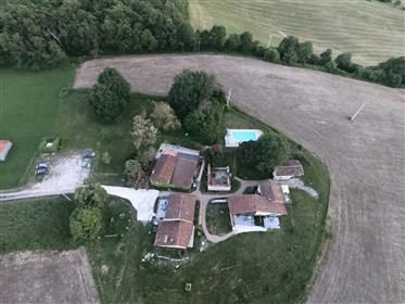 Celá dedinka na predaj v Južnom Charente s vynikajúcim výhľadom všade okolo.