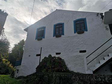 Casa de campo de estilo tradicional com terra perto de Lousa