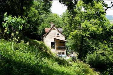 Originalni vintage i retro arhitekt dizajnirao je kolibu na obroncima s pogledom na rijeku i hektar