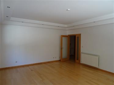 T2 Quinta de S. Gonçalo, com 98 m2 e parqueamento