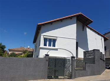 Maison rénovée en centre ville de 100 m² habitables avec 4 chambres, sur 233 m² avec piscine.