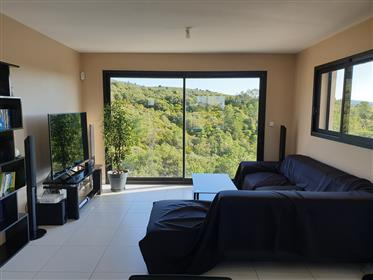 Near the river, village house with 3 bedrooms, cellar and terraces.