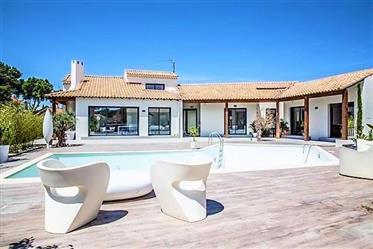 Villa contemporaine avec 5 chambres sur un terrain de 1300 m² avec piscine. Superbe !