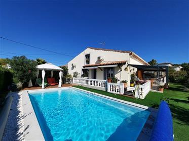 Maison viticole rénovée de 150 m² habitables et remise de 130 m² sur 870 m² avec piscine.