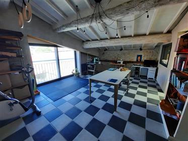 Maison de caractère avec chambres d'hôtes offrant 360 m² habitables, cour, piscine et garage.
