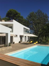 Superb architect-conceived villa with 258 m² of living space on 2906 m² with pool and views !