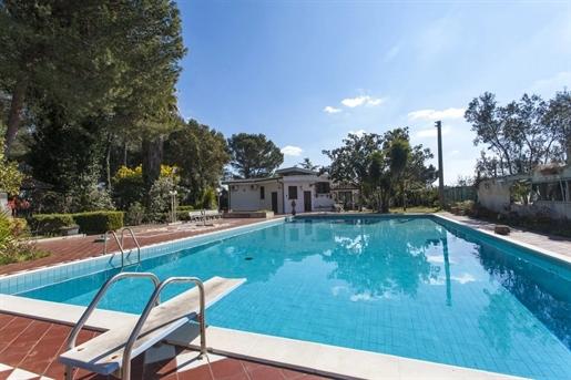 Meravigliosa villa in vendita a Oria, a breve distanza dal centro abitato in zona completa...