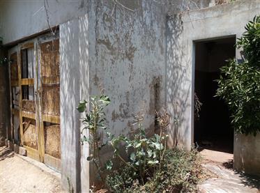 Moradia tradicional V2 com anexo para renovar - Silves