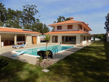 Große Villa mit schöner Lage zwischen Stadt und Strand