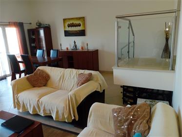 Moradia V3 Geminada inserida em condomínio fechado com pisci