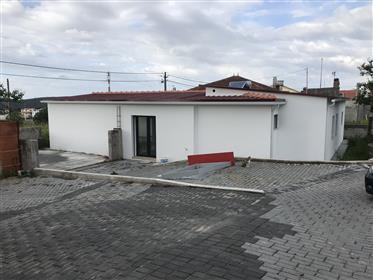 Moradia V3  térrea com garagem e quintal Alcobaça