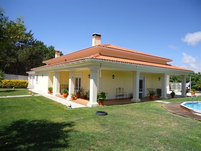 Vivenda tradicional Portuguesa no conforto do campo.