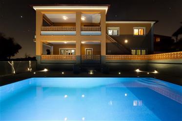 Moradia de dois pisos recentemente construída, com excelentes características de qualidade, mobilada