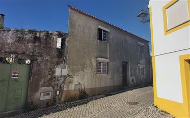 Maison de ville dans le centre de la vieille ville historique de Vila de Rei, en partie rénovée