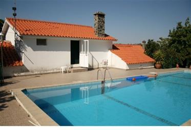 Duas moradias com piscina
