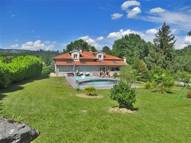 Beautiful house with pool on 5,500m2 plot less than 15 min from Foix and outbuildings.