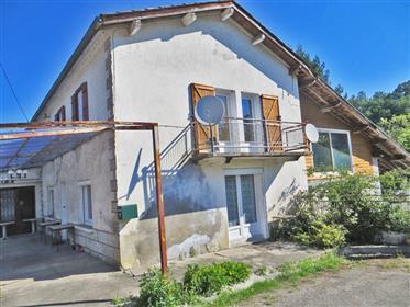 Maison de village 87m2 avec ancien bar / restaurant 98m2, jardin de 2500m2 en bordure de rivière, dé