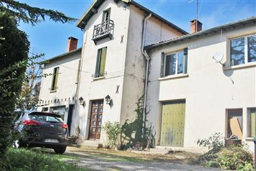 Character house 250m2 with main house 190m2 and accommodation 65m2 with rental potential on a 4 000m