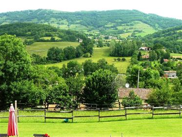 Propriété avec 2 grandes habitations, des écuries, 9ha de terres, une belle vue