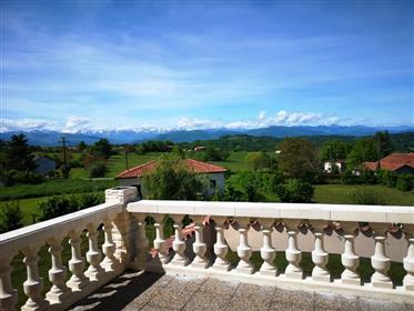 Villa Moderne  avec  une magnifique vue sur les Pyrénées.