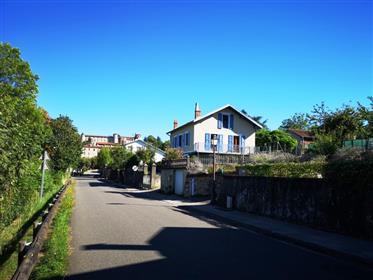 Maison de ville stylée avec apport de revenus, jardin et belle vue sur les pyrénées.