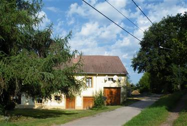 Ferme équestre avec équitation Hall et étang et 2 appartements ref: 03422 près de la ville de Sain