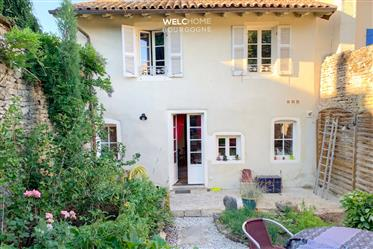 In the heart of the historic center of Cluny, this superb 12th century  house has benefite