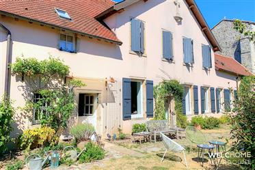 Between Cluny and Montceau-les-Mines, in the heart of a pleasant authentic village, discov