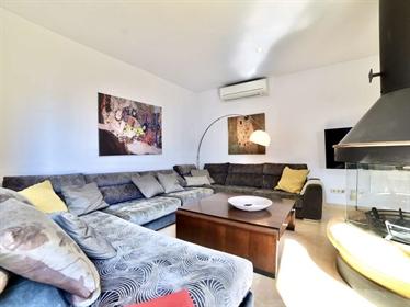 Villa luminosa y contemporánea en venta con excelentes vistas a la bahía de Salobreña. Est