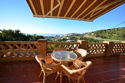 Andalusian villa with separate guest apartment and private pool- walking distance to the b