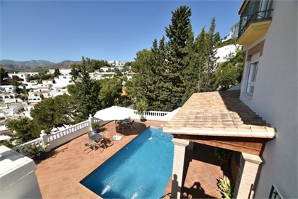 Huge villa with stunning views to the mountains with private garage and pool. This villa i