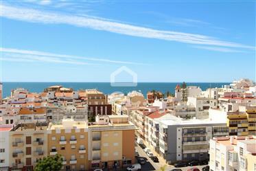 Appartement rénové de 3 chambres, avec vue sur la mer et garage fermé dans le centre d'Armação de Pê