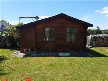 Maison individuelle en très bon état général avec garages et jardin