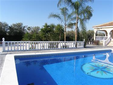 Villa renovada con piscina y cocina de verano