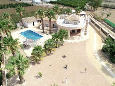 Chalet con piscina y garaje