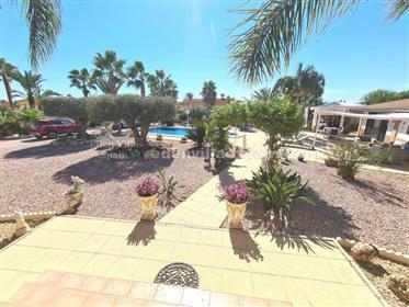 Propiedad con dos casas, garaje, piscina, bonito jardín