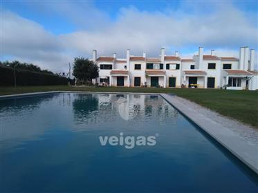 Moradia T2+1 na Praia del Rey, em condomínio privado com piscina