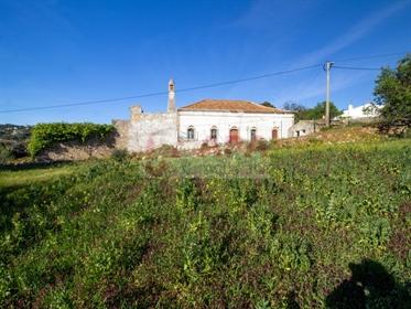 Casa típica de fachada com forte carácter algarvio, de duas frentes, de um só piso térreo