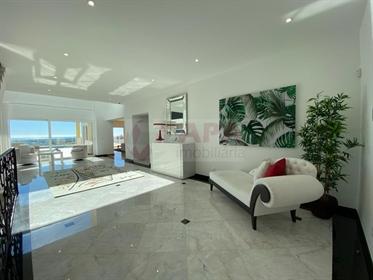 Magnifique villa avec piscine et vue sur la mer, située dans...