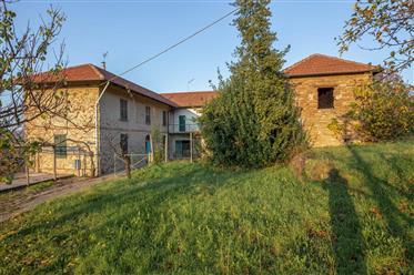 Sud Piemonte, bellissimo casale in Pietra di Langa