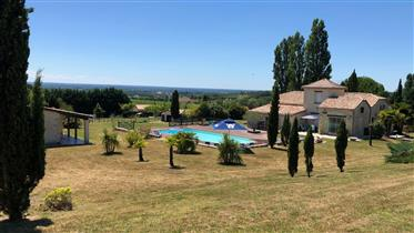 Sur plus de 2.4 hectares, entre la Réole et Marmande, propriété équestre de 275 m