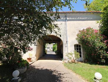 Entre Angouleme et Jarnac, belle propriété charentaise