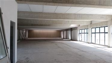 Local commercial : 700 m²