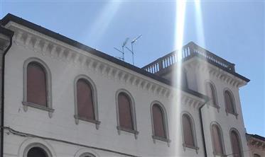 Appartamento Su 3 Piani In Edificio Storico A Palmanova