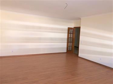 Apartamento T4 com garagem, no centro de Olhão
